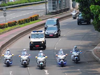 Iring-iringan kendaraan Raja Arab Saudi Salman bin Abdulaziz Al Saud menuju Gedung DPR/MPR RI, Jakarta, Kamis (2/3). Raja Salman berkunjung ke kompleks parlemen untuk berpidato di hadapan ratusan anggota dewan dan negarawan. (Liputan6.com/Faizal Fanani)
