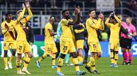 Para pemain Barcelona merayakan kemenangan atas Inter Milan pada laga Liga Champions di Stadion San Siro, Milan, Selasa (10/12). Inter kalah 1-2 dari Barcelona. (AFP/Isabella Bonotto)