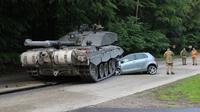 Toyota Yaris terlindas tank (Foto: BBC).