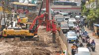 Pengendara melintasi ruas jalan Matraman, Jakarta, Rabu (5/7). Terkait pembangunan underpass Matraman-Salemba ruas jalan menuju Jatinegara mengalami penyempitan. (Liputan6.com/Helmi Fithriansyah)