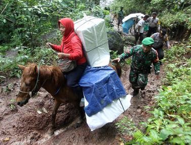Perjuangan Petugas Pemilu Menembus Desa Terpencil Naik Kuda