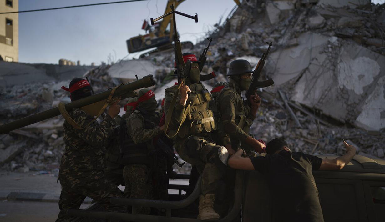 Militan Front Demokratik untuk Pembebasan Palestina (DFLP) naik pickup saat berparade di jalanan Kota Gaza, Selasa (8/6/2021). Gencatan senjata mengakhiri perang 11 hari antara Hamas sebagai penguasa Gaza dengan Israel. (AP Photo/Felipe Dana)