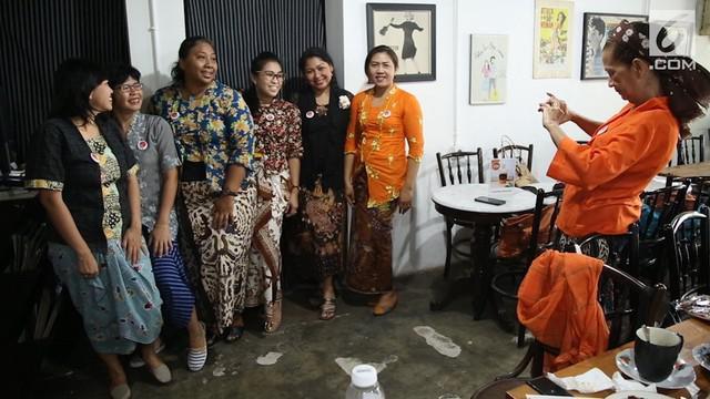 Kebaya tak hanya pantas digunakan dalam acara seremoni. Anna Maria dan sekumpulan perempuan yang tergabung dalam Chatra Kebaya menunjukkan bahwa kebaya juga pantas jadi pakaian sehari-hari. Tetap bergaya sambil menunjukkan identitas kebangsaan.