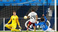 Pemain Arsenal, Reiss Nelson mencetak gol ke gawang Molde di ajang Liga Europa 2020/2021, Jumat (27/11/2020) dini hari WIB. (Svein Ove Ekornesvåg / NTB / AFP)