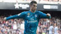 Penyerang Real Madrid, Cristiano Ronaldo melakukan selebrasi usai mencetak gol ke gawang Valencia pada lanjutan La Liga Spanyol di stadion Mestalla, (27/1). Real Madrid menang 4-1. (AFP Photo/Jose Jordan)