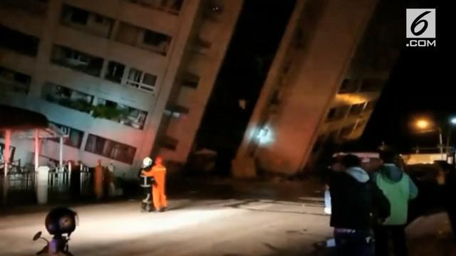 Gempa 6,4 SR mengguncang Taiwan Selasa malam waktu setempat. Akibatnya, sebuah hotel ambruk dan warga panik menyelamatkan diri.