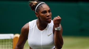 Ekspresi petenis AS, Serena Williams usai meraih poin dari Alison Riske yang juga berasal dari AS pada perempat final Grand Slam Wimbledon di London, Selasa (9/7/2019). Serena ke semifinal dengan susah payah usai mengalahkan petenis non-unggulan Alison Riske 6-4, 4-6, dan 6-3. (Adrian DENNIS/AFP)