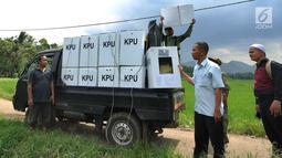 Petugas KPPS menurunkan kotak suara menuju TPS di desa Cidokom, Bogor, Selasa (16/4). Dalam hitungan jam, lebih dari 200 juta penduduk Indonesia akan segera menyalurkan hak pilihnya dengan mendatangi TPS yang tersebar di 34 Provinsi yang ada di Tanah Air. (Merdeka.com/Arie Basuki)
