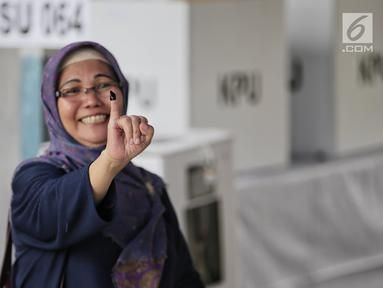 Warga menunjukkan jari kelingking usai Pemungutan Suara Ulang (PSU) Pemilu 2019 di TPS 064  Kelurahan Rawamangun,  Jakarta Timur, Sabtu (27/4). Pelaksanaan PSU dilakukan karena banyaknya pemilih yang menggunakan e-KTP tanpa memiliki A5 saat hari pencoblosan 17 April lalu (Liputan6.com/Faizal Fanani)