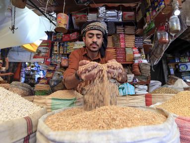 Pedagang menunggu pembeli menjelang bulan suci Ramadan di pasar kota tua Sanaa, Yaman, Sabtu (18/4/2020). Umat muslim di Timur Tengah bersiap untuk bulan Ramadan yang suram akibat pandemi virus corona COVID-19. (Mohammed HUWAIS/AFP)