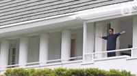 Gubernur DKI Jakarta Anies Baswedan saat berolahraga di balkon rumah dinas, Menteng, Jakarta Pusat, Kamis (3/12/2020). Anies Baswedan yang masih melakukan isolasi mandiri di rumah dinas gubernur karena positif Covid-19 menyempatkan diri untuk berolahraga pada pagi ini (Liputan6.com/Herman Zakharia)