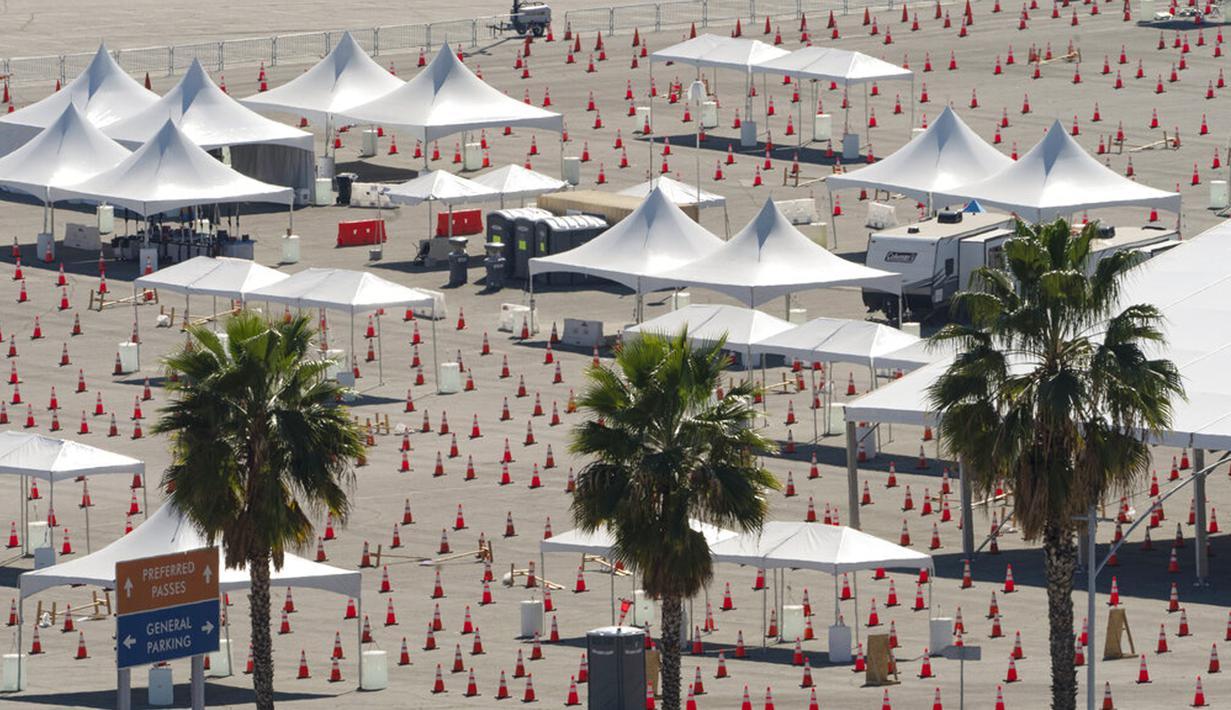 Kerucut lalu lintas berbaris di sekitar tenda kosong pusat vaksinasi COVID-19 massal tempat parkir Stadion Dodger, Los Angeles, Amerika Serikat, Jumat (19/2/2021). California menutup beberapa pusat vaksinasi menyusul badai musim dingin yang menghambat pengiriman dosis. (AP Photo/Damian Dovarganes)