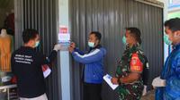 Petugas memasang stiker ODP di depan salah satu rumah warga yang mengisolasi diri secara mandiri di rumah.