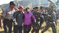 Salah satu pendaki yang sempat tertahan di puncak Gunung Rinjani setelah dievakuasi. (dok Puspen TNI)