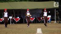 Anggota Pasukan Pengibar Bendera Pusaka (Paskibraka) melakukan saat latihan di Lapangan PP-PON, Jakarta, Selasa (11/8/2020). Latihan ini persiapan jelang pelaksanaan Upacara Peringatan 75 tahun Kemerdekaan Indonesia di Istana Negara, Jakarta. (Liputan6.com/Helmi Fithriansyah)