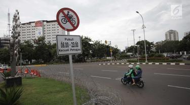 Rambu larangan terpasang di Jalan Medan Merdeka Barat, Jakarta, Selasa (9/1). Mahkamah Agung (MA) membatalkan Pergub DKI Jakarta larangan sepeda motor melintas di sepanjang Jalan MH Thamrin hingga Jalan Medan Merdeka Barat. (Liputan6.com/Arya Manggala)