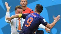 Robin van Persie merayakan golnya bersama Louis van Gaal di timnas Belanda ( AFP PHOTO / EMMANUEL DUNAND)