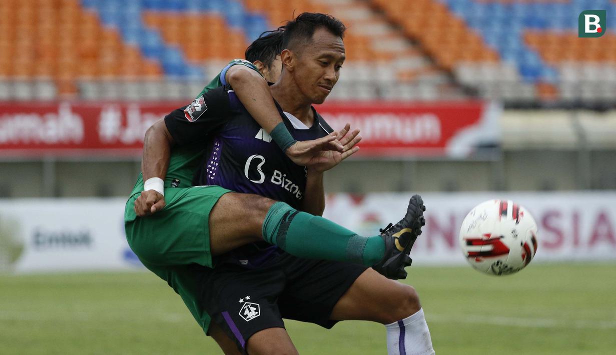 Striker Persik Kediri, Antoni Putro Nugroho (kanan) dijaga ketat bek PS Sleman, Mohammad Bagus Nirwanto dalam laga matchday ke-3 Grup C Piala Menpora 2021 di Stadion Si Jalak Harupat, Bandung, Kamis (1/4/2021). Persik Kediri kalah 0-1 dari PS Sleman. (Bola.com/Ikhwan Yanuar)