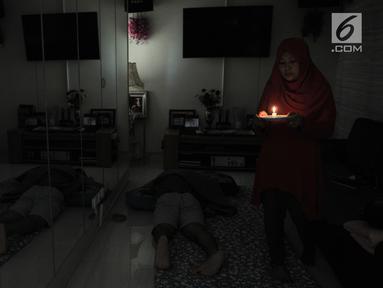 Penghuni beraktivitas dengan bantuan lilin di salah satu unit Apartemen Mediterania Palace, Jakarta, Rabu (31/7/2019). Lebih dari seminggu, sejumlah unit dan ruko di apartemen tersebut mengalami pemadaman listrik sehingga menyebabkan terganggunya aktivitas penghuni. (merdeka.com/Iqbal S. Nugroho)
