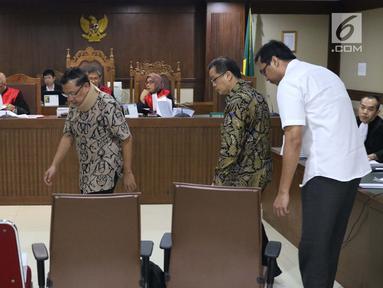 Terdakwa suap anggota DPRD Kalteng Edy Saputra Suradja, Willy Agung, dan Teguh Dudy Syamsuri Zaldy (kiri ke kanan) saat sidang tuntutan di Pengadilan Tipikor, Jakarta, (27/2). Ketiganya dituntut 2 tahun 6 bulan penjara. (Liputan6.com/Helmi Fithriansyah)