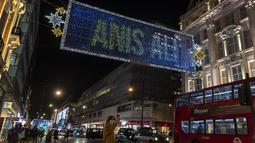 Foto pada 3 November 2020 ini memperlihatkan lampu-lampu Natal yang menerangi area perbelanjaan utama Oxford Street di London, Inggris. Lampu-lampu tersebut merupakan bentuk penghargaan terhadap kekuatan dan kehebatan warga London dalam menghadapi pandemi COVID-19. (Xinhua/Han Yan)