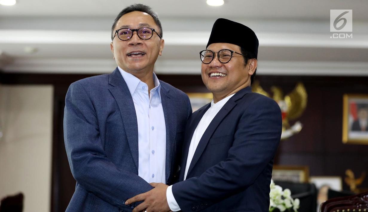 Ketua MPR Zulkifli Hasan (kiri) menerima kedatangan Ketua Umum PKB Muhaimin Iskandar di Kompleks Parlemen Senayan, Jakarta, Jumat (11/5). Pertemuan membahas kondisi kebangsaan terkini jelang Pilkada 2018 dan Pilpres 2019. (Liputan6.com/Johan Tallo)