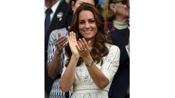 Menggunakan gaun berwarna krem, Duchess of Cambridge terlihat modis saat menonton pertandingan Andy Murray melawan Grigor Dimitrov, London, Rabu (2/7/14). (REUTERS/Toby Melville)