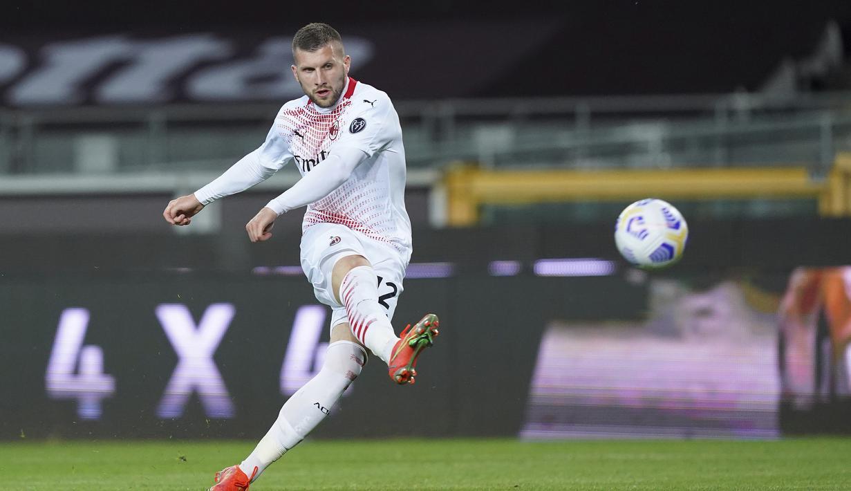 Striker AC Milan, Ante Rebic melepaskan tendangan yang berbuah gol kelima timnya ke gawang Torino dalam laga lanjutan Liga Italia 2020/2021 pekan ke-36 di Olympic Stadium, Turin, Rabu (12/5/2021). AC Milan menang 7-0 atas Torino. (LaPresse via AP/Spada)