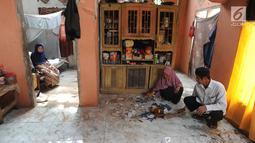 Warga membersihkan pecahan piring di rumahnya setelah gempa mengguncang Mandalawangi, Pandeglang, Banten, Sabtu (3/8/2019).  Gempa Banten berkekuatan 6,9 magnitudo mengakibatkan lebih dari 200 rumah mengalami kerusakan. (merdeka.com/Arie Basuki)