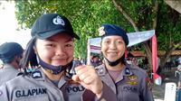 Senyum bahagia Glenda dan Regina setelah menjalani prosesi kenaikan pangkat di Pantai Malalayang, Manado, Selasa (30/6/2020).