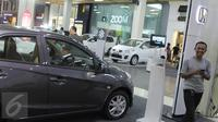 Produk mobil yang diikutsertakan pada pameran kendaraan di salah satu pusat perbelanjaan di Bandung, Sabtu (27/6/2015). Bank Indonesia (BI) menerbitkan aturan pelonggaran uang muka/DP untuk kredit kepemilikan kendaraan bermotor (Liputan6.com/Helmi Afandi)