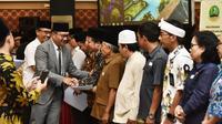 Gubernur Jawa Barat ,Ridwan Kamil menyerahkan Naskah Perjanjian Hibah Daerah (NPHD) bidang keagamaan tahun 2019 tahap pertama.