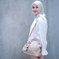 Padu-padan hijab tampak lebih stunning dengan sentuhan warna putih pada outfit. (Sumber foto: zaskiadyamecca/instagram)