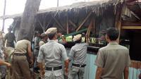 Satpol PP menertibkan warung mesum di kawasan wisata Pantai Panjang, Kota Bengkulu. (Liputan6.com/Yuliardi Hardjo Putra)