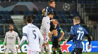 Duel antara pemain Atalanta dan Real Madrid pada laga leg 1 babak 16 besar Liga Champions 2020/2021, Kamis (25/02/2021) dini hari WIB. (Tiziana FABI / AFP)
