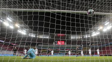 Pemain Bayer Leverkusen Florian Wirtz mencetak gol ke gawang Hoffenheim pada pertandingan Bundesliga di Leverkusen, Jerman, 13 Desember 2020. Bayer Leverkusen menggeser Bayern Munchen dari puncak klesemen usai mengalahkan Hoffenheim dengan skor 4-1. (THILO SCHMUELGEN/POOL/AFP)