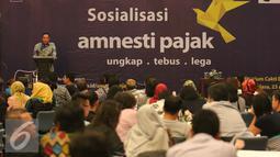 Kepala kantor wilayah DJP Jakarta Khusus Muhammad Haniv memberi sosialisasi Tex Amnesty di Jakarta, (23/8).  Sosialisasi dilakukan untuk memberikan edukasi dan sosialisasi tentang program pengampunan pajak pada pekerja seni. (Liputan6.com/Angga Yuniar)