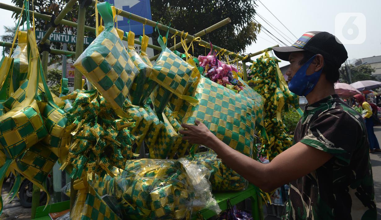 Pedagang menyiapkan barang dagangan anyaman ketupat hias di Pasar Asemka, Jakarta, Kamis (21/4/2021). Pedagang mengatakan pembeli ketupat hias ramadhan untuk hiasan parcel, dekorasi kantor dan lainnya sepi di tengah pandemi Covid-19. (merdeka.com/Imam Buhori)