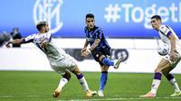 Striker Inter Milan, Lautaro Martinez, mencetak gol ke gawang Fiorentina pada laga Seria A di Stadion Giuseppe Meazza, Minggu (27/9/2020). Inter Milan menang dengan skor 4-3. (Piero Cruciatti/LaPresse via AP)