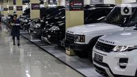 Suasana Bursa Mobil Bekas Blok M. Jakarta, Jumat (2/10/2020). Penjualan mobil bekas ini menurun diawal pandemi karena penurunan daya beli karena pemberlakuan PSBB. (Liputan6.com/Johan Tallo)
