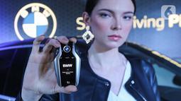 Model menunjukkan remoter mobil all-new BMW X6 saat peluncuran di German Centre BSD, Tangerang Selatan. (Liputan6.com/Fery Pradolo)
