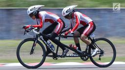 Atlet ParaCycling, Ni Mal Maghfiroh (pilot) dan Sri Sugiyanti saat laga di nomor Womens B Individual Time Trial Road Race Asian Para Games 2018 di Sirkuit Sentul, Bogor, Senin (8/10). Pasangan ini meraihperunggu. (Liputan6.com/Helmi Fithriansyah)