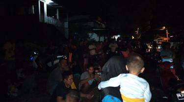 Warga di Kota Bitung, Sulawesi Utara panik usai gempa magnitudo 7,1 di Barat Daya Ternate. (Liputan6.com/Arfandi Ibrahim)