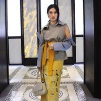 Stunning! Cuma Dian yang bisa memadukan outfit modest dengan kain batik hingga menciptakan kesan kontemporer yang super fashionable ini. (therealdisastr/instagram)