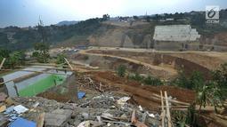 Pemandangan proyek pembangunan Bendungan Ciawi di Desa Gadog, Bogor, Jawa Barat, Kamis (22/08/2019). Bendungan Ciawi dibangun untuk menahan aliran air dari Gunung Gede dan Gunung Pangrango sebelum sampai ke Bendungan Katulampa di Bogor. (Merdeka.com/Arie Basuki)