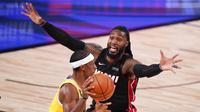 Pebasket Miami Heat, Jae Crowder, berusaha menghadang pebasket Los Angeles Lakers, Rajon Rondo, pada gim keempat final NBA di Lake Buena Vista, Rabu (7/10/2020). Lakers menang dengan skor 102-96. (AP Photo/Mark J. Terrill)