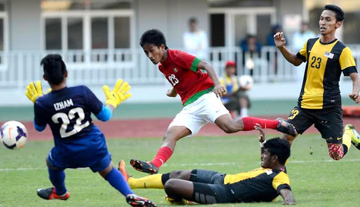 Di babak pertama Timnas Indonesia lebih dahulu membobol gawang Malaysia. Tampak pemain timnas yang berkostum merah, Bayu Gatra melepaskan tendangan ke gawang Malaysia (ANTARA FOTO/Prasetyo Utomo)
