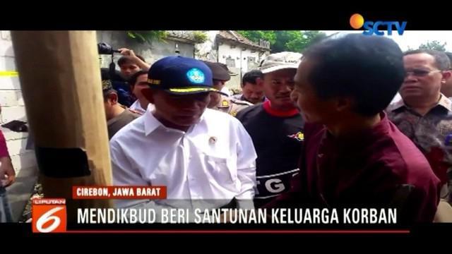 Jadi utusan Presiden, Mendikbud Muhadjir Effendy berikan santunan kepada keluarga korban tembok sarang walet yang ambruk di Cirebon, Jawa Barat.