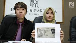 Komika Arafah Rianti memperlihatkan fotokopi KTP orang yang diduga telah menipunya, Jakarta, Kamis (6/7). Arafah mengaku membeli mobil pada Kima Melati tetapi belum diberikan BPKBnya meski telah selesai dilunasi. (Liputan6.com/Helmi Afandi)