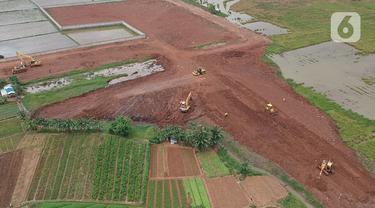 Sejumlah alat berat digunakan untuk penggarapan lahan untuk dijadikan lokasi pemakaman khusus Covid-19 di Rorotan, Jakarta Utara, Selasa (5/1/2021). Pemprov DKI menyiapkan 1.500 lubang makam khusus COVID-19 di TPU Rorotan. (Liputan6.com/Herman Zakharia)